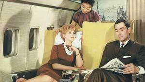 Mit dem Winterflugplan 1960/61 führte Lufthansa die Passagierbetreuung durch Flugbegleiter auch aus den Zielländern, etwa in Fernost, ein.