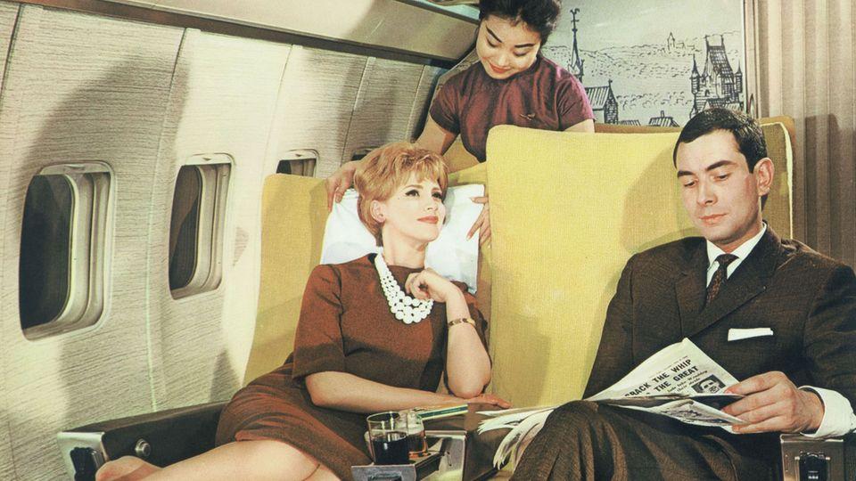 Bild 1 von 11der Fotostrecke zum Klicken:Mit dem Winterflugplan 1960/61 führte Lufthansa die Passagierbetreuung durch Flugbegleiter auch aus den Zielländern, etwa in Fernost, ein.