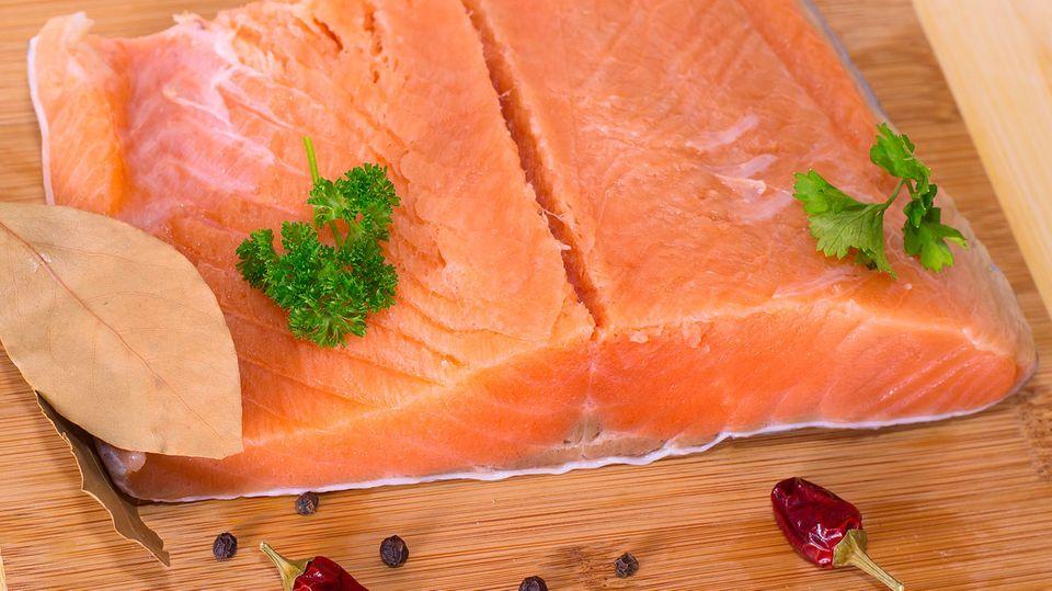Experten raten mindestens einmal pro Woche fetten Fisch zu essen - etwa Lachs. Denn dieser enthält wertvolle Fettsäuren.