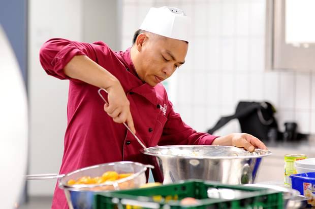 Van Hiep V. ist Schwerverbrecher und kocht leidenschaftlich gerne. Am liebsten isst er Fleisch: Schnitzel oder Steak.