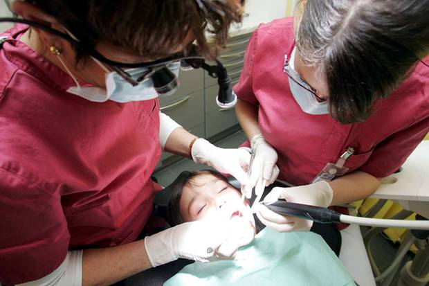 Vollnarkosen beim Zahnarzt bergen vor allem für Kinder Gefahren.