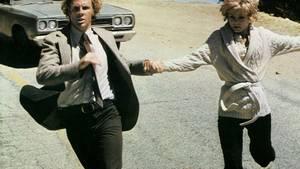 Auf der Flucht: Blanche (Barbara Harris, r.) und Freund George (Bruce Dern) werden auf der Jagd nach dem verschollenen Neffen unvermittelt selbst zu Gejagten.