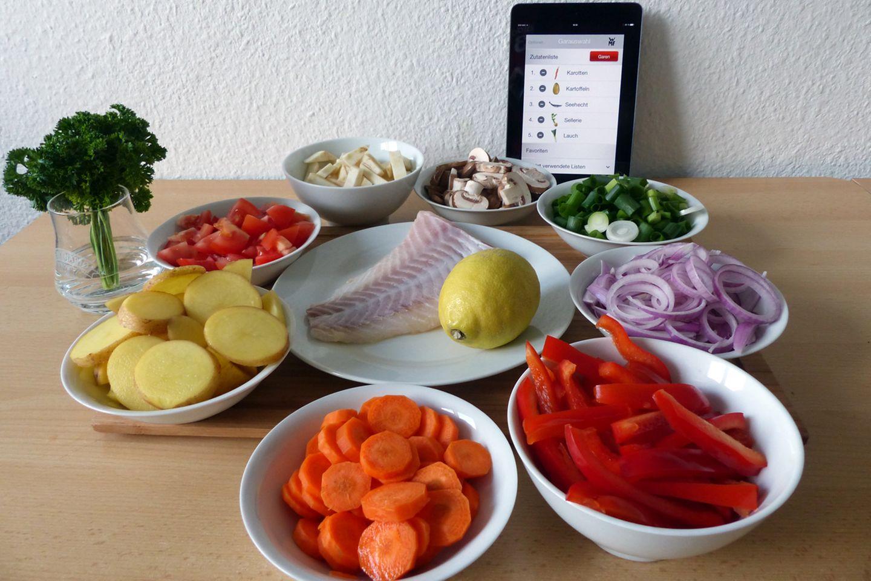 Die Einrichtung ist kinderleicht: In den Bluetooth-Einstellungen wird der Cook Assist ausgewählt, anschließend startet man die Anwendung (gibt es für Android und iOS). Dort wählt man die Zutaten aus, die meisten Gemüsesorten stehen zur Auswahl. Kurios: Einige Allerweltszutaten wie Paprika, Pilze oder Tomaten fehlen. Auch beim Fisch oder Fleisch ist die Auswahl relativ gering. Eigene Zutaten kann man nicht hinzufügen und bei mehr als fünf Zutaten ist Schluss. Beim Umfang sollte WMF in der App unbedingt nachbessern.   Um bessere Gar-Ergebnisse zu erzielen, muss man in der App vor Kochbeginn festlegen, wie groß das gehackte Gemüse, die Fleischstückchen oder Fischfilets sind.