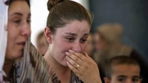 """Sie muss weinen: Eine jesidische Frau nach der Flucht aus ihrer Heimat im Nordirak. Die Kurdisch sprechenden Jesiden werden von den Dschihadisten als """"Teufelsanbeter"""" betrachtet und verfolgt."""