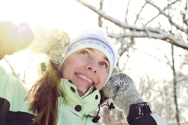 Normalerweise bildet die Haut mithilfe der Sonne Vitamin D in der Haut. Im Winter steht aber die Sonne in Deutschland nicht hoch genug am Himmel, um uns mit den nötigen UVB-Strahlen zu versorgen.