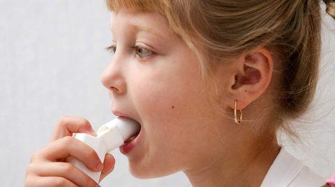 Kortisonhaltige Asthmasprays lindern Entzündungen in den Bronchien.