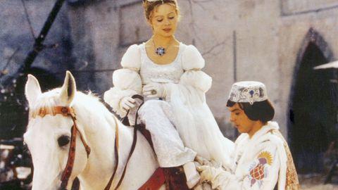 Der Prinz (Pavel Trávnícek) passt Aschenbrödel (Libuse Safránková) den verlorenen Schuh an.