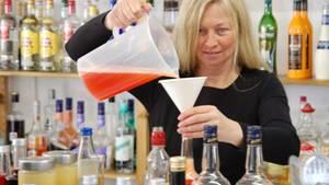 Hochprozentiges statt Spritzen und Fieberthermometer: die ehemalige Krankenschwester Carmen Ehrsam in ihrer Hexenküche