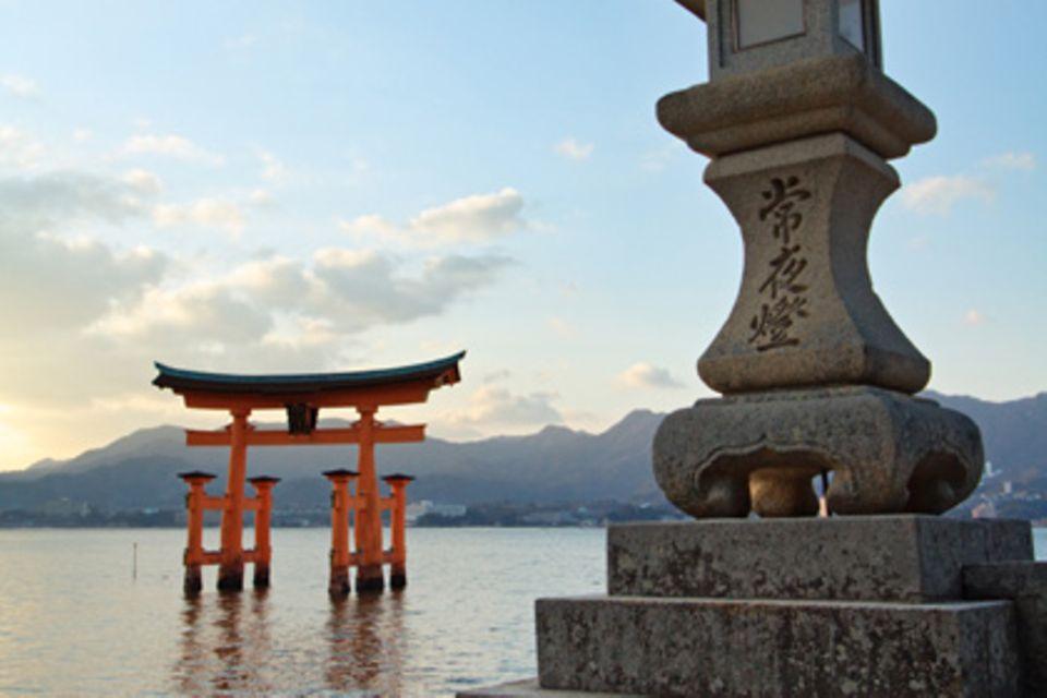 Das hölzerne Torii vor dem Itsukushima-Schrein in Miyajima ist weltberühmt und lässt sich bei Ebbe durchschreiten