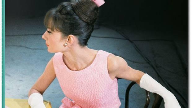 Der Bildband Bob Willoughby. Audrey Hepburn. Photographs 1953-1966 ist im Taschen Verlag erschienen. Er umfasst 280 Seiten und kostet 29,99 Euro.  Zur Homepage des Verlags