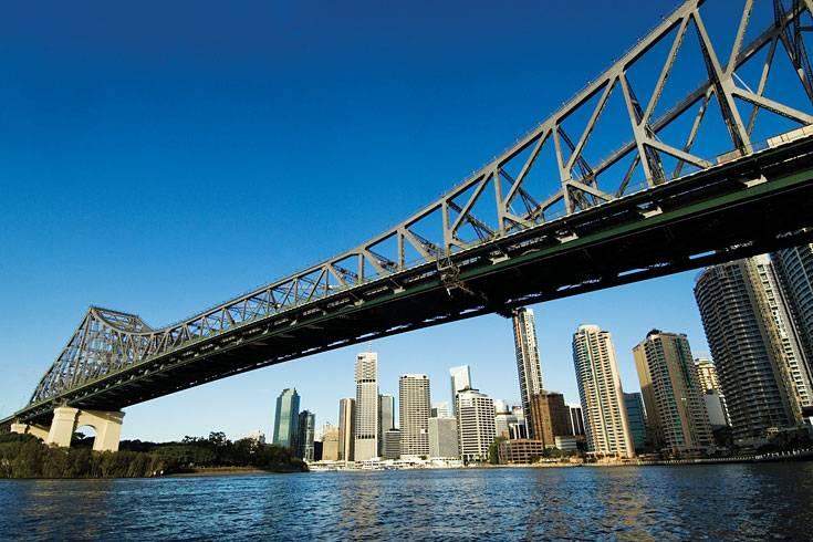 """Was haben die Harbour Bridge in Sydney und Auckland sowie die Story Bridge im australischen Brisbane gemeinsam? Sie lassen sich nicht nur mit dem Auto oder zu Fuß auf der Fahrbahn überqueren, sondern auch über ihre weit geschwungenen Bögen. Dieser nicht alltägliche Ausflug gilt als Adrenalinkick einer Stadtführung der besonderen Art.   Im Vergleich zu den anderen beiden Brücken gilt die Klettertour auf die Spitze des Hauptpfeilers in Brisbane, der Hauptstadt des Bundesstaates Queensland, als besonders abenteuerlich. """"Die Story Brücke verängstigt die Leute viel mehr als die Harbour Bridge in Sydney"""", sagt Simon, einer der Guides. Statt einem Geländer gibt es nur Stahlseile zum Festhalten. 1138 luftige Gitterroststufen sind bei dem Bridge Climb zu bewältigen."""