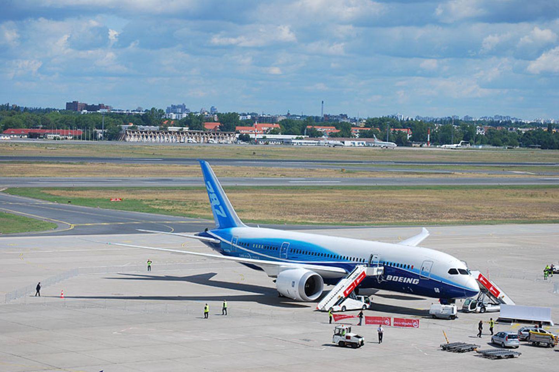 Zum ersten Mal flog eine Boeing 787 einen Flughafen in Deutschland an. Nach der Luftfahrtmesse in Le Bourget bei Paris besuchte der Dreamliner am Wochenende Berlin - hier auf dem Vorfeld am Flughafen Tegel