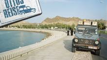 Otto parkt an der Corniche von Muskat. An der Uferpromenade der Hauptstadt steht die überdimensionale Skulptur eines Weihrauchgefäßes.
