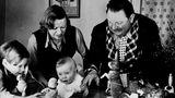 Geboren wurde Götz George am 23. Juli 1938 als Götz Schulz. Er entstammt einer Künstlerfamilie: Seine Eltern sind Heinrich George und Berta Drews, beide bekannte Schauspieler ihrer Zeit. Sein Vater gab ihm den Vornamen in Anlehnung an seine Lieblingsrolle Götz von Berlichingen. Das Foto stammt aus Götz' Geburtsjahr. Links sein sieben Jahre älterer Bruder Jan.