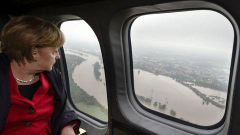 Gekonnte Inszenierung: Angela Merkel blickt nachdenklich auf das von ihr beherrschte Land herab, das wie hier - zwischen Dresden und Pirna - in den Fluten zu versinken droht