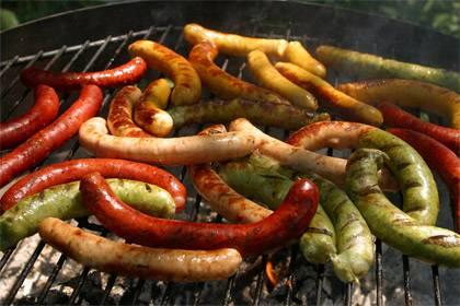 Würstchen sind des Deutschen liebstes Grillgut. Bei einigen Fleischbetrieben können lokale Grillwurst-Spezialitäten auch online bestellt werden
