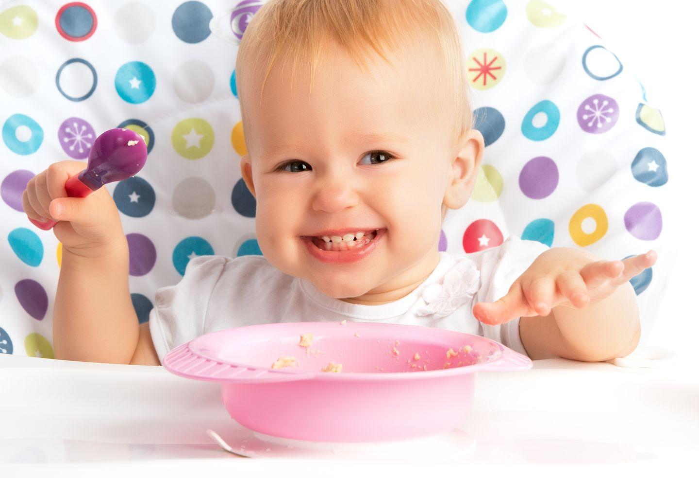 Kochen Sie selbst für Ihr Kind, statt Kindernahrungsmittel zu kaufen. Die sind nur teuer, aber nicht besser, da sie oft viel Zucker und Fett enthalten. Leckere Zwischenmahlzeiten können Sie aus Obst, Rohkost, Milch oder Joghurt selbst zubereiten