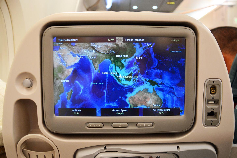 Das Display in der Rückenlehne zeigt nicht nur die Lage von Singapur am Südende der Malaiischen Halbinsel an, sondern auch die Resiezeit. Auf dem Rückflug sind es meist 13 Stunden.