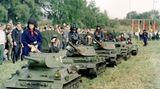 """Die DDR-Gesellschaft war deutlich stärker durchmilitarisiert als in der BRD. Die Gesellschaft für Sport und Technik (GEST) führte zusammen mit der NVA die vormilitärische Ausbildung (VA) an Schulen und Universitäten durch. Und veranstaltete insgesamt vier Wehrspartakiaden, also wehrsportliche Wettkämpfe der """"verteidigungsbereiten"""" Jugend. Es war so etwas wie die deutsche Meisterschaft im Wehrsport. Diese Aufnahme entstand bei der 3. Zentralen Wehrspartakiade 1978 in Halle."""