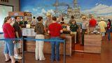 """Pearl Harbor  Sie warten auf Einlass zum Freilichtmuseum, wo einst für die USA der Zweite Weltkrieg begann: Hawaiis Hauptattraktion ist die Gedenkstätte für die Opfer des Überraschungsangriffs. """"This is not a drill - dieses ist keine Übung"""", lautete ein verzweifelter Funkspruch am Morgen des 7. Dezember 1941. Die militärische Niederlage bleibt beim Rundgang durch den öffentlichen Teil der Marinebasis stets gegenwärtig. Das aus Spenden finanzierte Visitor Center beherbergt einen Kinosaal und einen Souvenir Shop mit Dutzenden von DVD-Dokumentationenen und dem Reprint einer Tageszeitung, deren Zeile lautet: """"War declared. 3000 Casualties in Jap Attack on Hawaii""""."""
