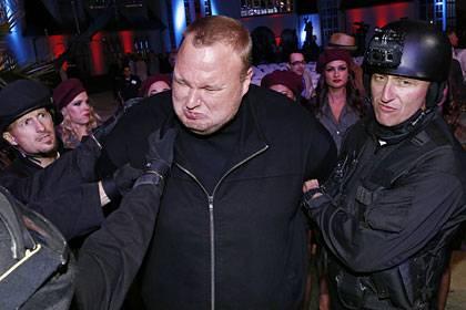Kim Dotcom versucht sich als Schauspieler und wird von falschen Polizisten auf seinem Anwesen in Neuseeland abgeführt