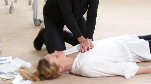 Beherztes Eingreifen ist bei einem Schlaganfall oder Herzinfarkt notwendig: Denn jede Sekunde die verstreicht, ist verlorene Zeit.