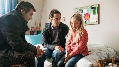 Kommissar Reto Flückiger (Stefan Gubser) befragt die kleine Julia (Anouk Petri), ihr Stiefvater Beat Halter (Oliver Bürgin) passt genau auf.