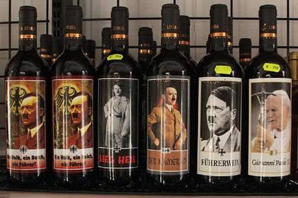 9,50 Euro kostet eine Flasche Wein mit dem Etikett von Hitler oder Papst Johannes Paul dem II. Amerikanische Touristen entdeckten die Flaschen in einem Supermarkt und waren schockiert