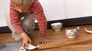 Wenn Kinder für Scherben sorgen, haften die Eltern häufig nicht. Dennoch kann es sinnvoll sein, solche Schäden mitzuversichern.