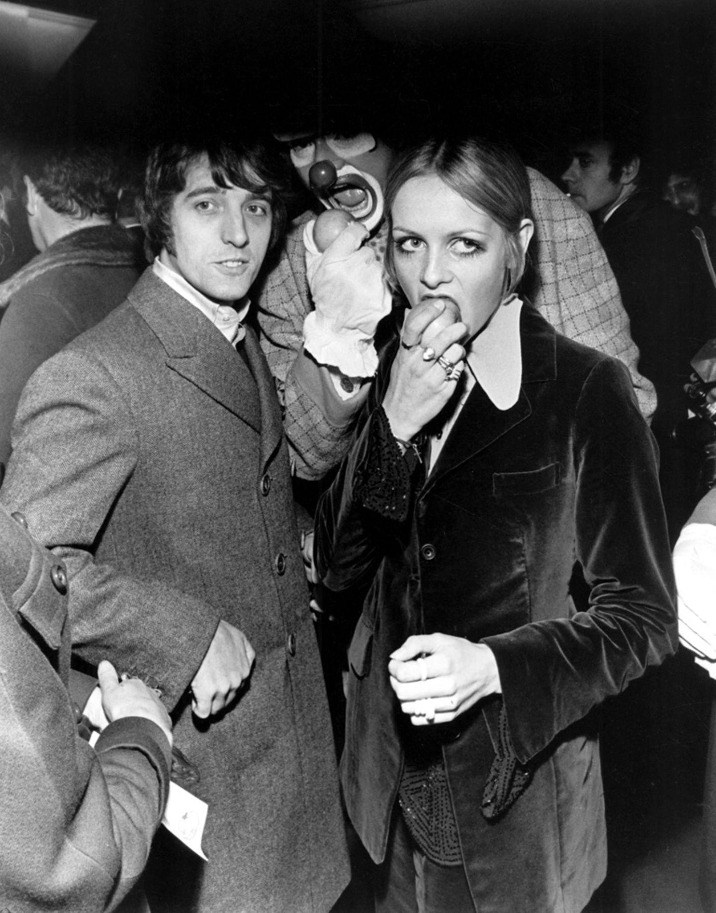 Als die Beatles im Dezember 1967 ihren Apple-Shop eröffneten, durfte auch Twiggy nicht fehlen. Das Model kam mit ihrem damaligen Manager und Lebensgefährten Justin de Villeneuve.
