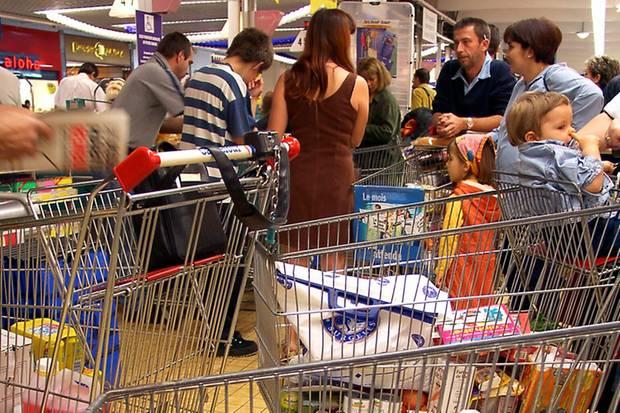 Wer kennt das nicht: Abends, nach Feierabend, reihen sich die Einkaufswagenschlangen im Kassenbereich des Supermarkts.