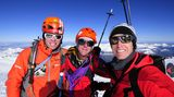 """Doch nach langer und komplizierter Kletterei erreichten Robert Jasper, Jörn Heller und Ralf Gantzhorn gegen Mittag den Westgipfel des Monte Sarmiento. Als Hommage an den bekannten Seefahrer und Entdecker tauften sie ihre im Alpinstil erstbegangene Route """"La Odisea de Magallanes"""" - die Odyssee Magellans"""