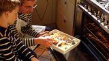 Kinder sollten möglichst einmal pro Woche Fisch essen. Viele Kinder lieben Fischstäbchen, die in der Pfanne aber viel Fett aufsaugen. Im Backofen können Sie sie ebenfalls knusprig, aber ohne zu viel Fett zubereiten