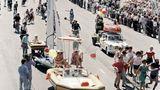 """Deutlich farbenfroher und zeitgemäßer zeigte sich die DDR im gleichen Jahr bei der Parade zur """"750 Jahre Berlin""""-Feier. Hier werden Schaubilder über die Freikörperkultur der DDR präsentiert"""