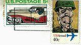"""Dies ist eine kleine, exklusive Ausstellung: Auf stern.de sind erstmals einige der selbst gezeichneten Briefmarken zu sehen, die der Wiesbadener Grafikdesigner Stefan Lochmann zwischen 1983 und 1986 in Umlauf gebracht hat. Die satirischen Motive, die er """"nach Lust und Laune und Nachrichtenlage"""" angelegt hat, reichen von einem angeschickerten Helmut Kohl bis zu einem Briefträger mit Blindenbinde. Und, oh Wunder: Die Marken sind alle abgestempelt.  Natürlich hat Lochmann bei diesem Wunder ein bisschen nachgeholfen. Die Stempelmaschinen der Post reagieren auf eine spezielle Beschichtung der Briefmarken. Diese blieb unangetastet: Lochmann hat einfach die Originalmotive von handelsüblichen Postwertzeichen mit neuen, handgemalten Motiven überklebt. So entstand schon in den frühen 80ern die erste Kohl-Sondermarke - die offizielle ist ab Donnerstag im Handel.  Lochmann, 54, hat sich damals Politiker vorgenköpft, """"die ich nicht gewählt habe"""". Würde er eine solche Serie nochmal auflegen, wäre das Spektrum breiter. """"Heute würden alle ihr Fett abkriegen"""", sagt er."""