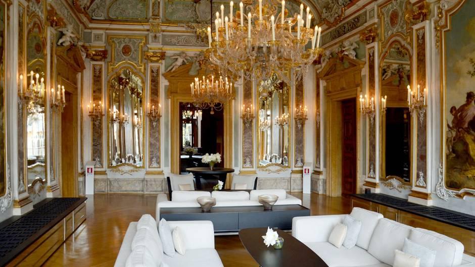 Das Aman Canale Grande ist einHaus der Kontraste: Jetzt stehen in dem ehemaligen Ballsaal moderne Designersofas unter historischen Kronleuchtern. Dieser stuckverzierte Raum wurde erstmals Ende des 19. Jahrhunderts von Michelangelo Guggenheim umgestaltet.