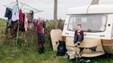 """""""The Travellers"""" heißt ein Projekt der Fotografin Birte Kaufmann, die sich mit fahrenden Arbeitsmigranten in Irland beschäftigt, die in Wohnwagen leben, oftmals ohne Elektrizität und fließend Wasser."""