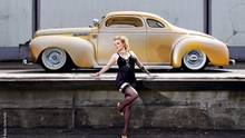 """Jedes Jahr bringt der Hamburger Fotograf Carlos Kellá einen Autokalender heraus. Das Werk heißt """"Girls & Legendary US-Cars"""" und ist etwas Besonderes: Der Kalender ist nämlich ehrlich und authentisch. Auch wenn man es nicht für möglich hält. Die Fotos kommen aus der US-Car-Szene und sind auch für sie gemacht.   Häufig werden Autofotografien solange mit Photoshop bearbeitet, bis sie überirdisch leuchten. Bie   Carlos Kellá stammen Autos und Modelle sichtlich aus dem wahren Leben. Auch die Frauen sind nicht aus einer Agentur gecastet. Sie sind sexy und bleiben doch Wesen aus Fleisch und Blut. Weiblich und nicht über-perfekt. Sie sind keine professionellen Models, sie melden sich über das Jahr, um bei dem mittlerweile legendären Kalender mitzuwirken.   Typisch der Hang zum Burlesque-Look, zu Petticoats und Tattoos. Die Frauen sind Amateure, die Spaß an einer stilisierten Zweitexistenz haben. Die meisten gehören zur Szene und sitzen selbst am Steuer eines Straßenkreuzers. Die Bilder sind nicht vom Fotografen arrangiert. Die Frauen inszenieren sich selbst neben den mächtigen Karossen. Das unterscheidet die Fotos von Kalendern, in denen langbeinige Silikonträgerinnen Männerphantasien wahr werden lassen. Carlos Kellá und seine Models machen den ehrlichsten erotischen Auto-Kalender des Jahres.  Das Schöne an dem Kalender: Es gibt ein Blatt für jede Woche - 52 Bögen mit stolzen Frauen und stolzen Wagen.  """"Girls & Legendary US-Cars 2015""""  Carlos Kellá (Herausgeber, Fotograf)  56 Seiten, SWAY Books"""