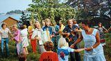 Trotz des Sieges beim ESC wollte sich der große internationale Erfolg zunächst nicht einstellen.  1974 spielen Björn und Benny beim Mittsommerfest auf der Insel Viggso.