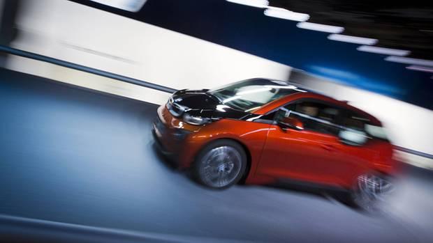 Kaum bezahlbarer Elektroflitzer: 1200 Euro im Monat würde der Kleinwagen BMW i3 im Leasing kosten.