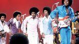 """Auch die Karriere von Michael Jackson nahm hier ihren Anfang. Dabei hatte Berry Gordy zunächst Zweifel: Als er das Bewerbungsvideo der Jackson 5 gesehen hatte, zögerte er noch, die Band unter Vertrag zu nehmen. Die anschließende Live-Performance stimmte den Motown-Mogul dann um. Songs wie das unwiderstehliche """"I Want You Back"""" werden zu Riesenhits des kleinen Michael Jackson und seiner Brüder und bescheren dem Label eine erfolgreiche Weiterentwicklung vom Sound der frühen 60er hinein in die 70er Jahre."""