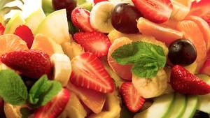 Früchte sind gesund? Nicht für alle Menschen. Wer unter einer Fruchtzucker-Unverträglichkeit leidet, wird nach dem Genuss von Obst etwa von Bauchschmerzen geplagt.