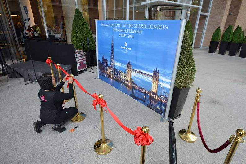 Letzte Vorbereitungen für die Hoteleröffnung des Shangri-La at The Shard, Londons erstes Luxusunterkunft auf der Südseite der Themse. Die chinesische Hotelgruppe ist mit einem Drittel der Fläche der größte Mieter des höchsten Gebäudes Londons.