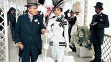 In dieser Szene wird die von Hepburn verkörperte Eliza Doolittle von Colonel Pickering (Wilfrid Hyde-White) zum Pferderennen in Ascot begleitet.  www.taschen.com