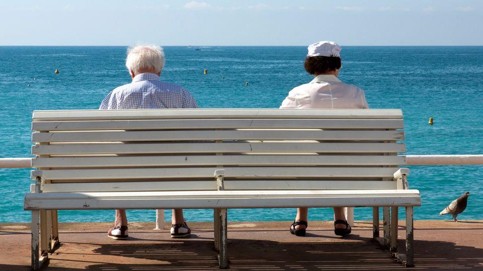 Die üblichen Jahrespolicen von Reisekrankenversicherungen gelten nur für Auslandsaufenhtalte von wenigen Wochen. Bei längeren Reisen ist eine Zusatzversicherung Pflicht. Für ältere Menschen wird der Schutz teuer.