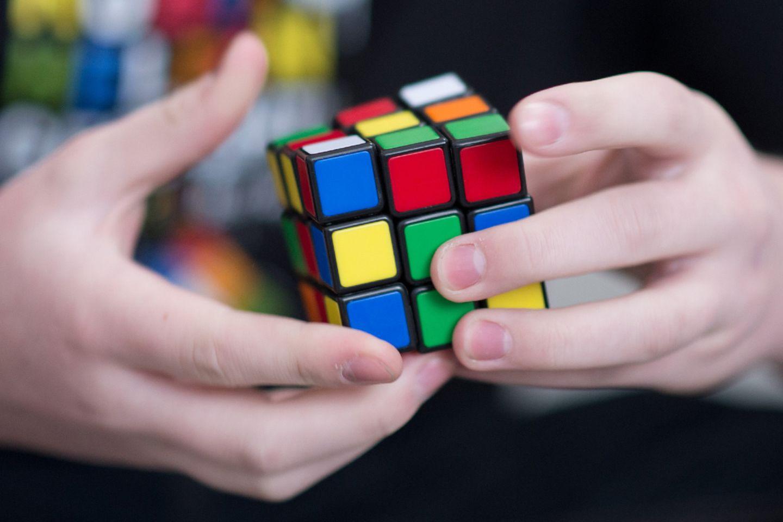Bei nationalen und internationalen Meisterschaften messen sich Begeisterte in verschiedenen Disziplinen rund um den Zauberwürfel