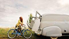Von ihrem Mann bekam Estelle ein orginales Schwinn-Rad aus den USA. Gleichzeitig kaufte er den 1950er Chevy als passendes Transportmittel dazu.