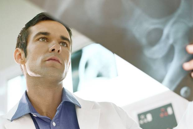 Bei Rückenschmerzen sind Verfahren wie Röntgen oder CT oft unnötig