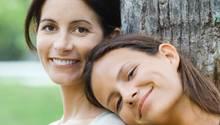 Nicht immer innig: Das Verhältnis zwischen Mutter und Tochter verändert sich, wenn die Tochter älter wird