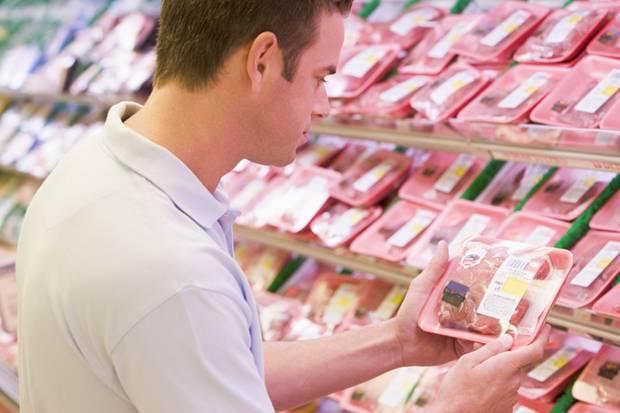 Seltener und etwas teurer, dafür aus artgerechter Haltung: Wer beim Fleischkauf darauf achtet, hat einen Anfang gemacht.